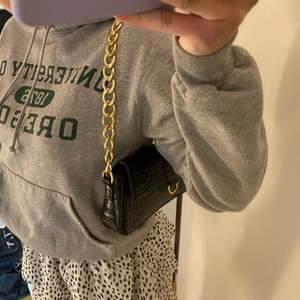 Säljer denna vintage hoodien,bra skick men Champion märket på Armen har gått av men de är inget märkvärdigt eller så,köparen står för frakten