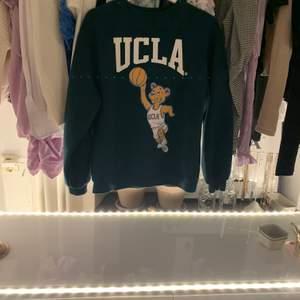 INTRESSEKOLL på slutsåld UCLA hoodie ifrån hm i fint skick ! Den är oversize i modellen!