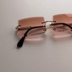 Trendiga solglasögon med ljusbrunt glas och guldiga detaljer från Shein med nedkommande fodral och putsduk🤎 Nyskick, men använde inte mer än en gång pga att jag ej tyckt de passar just mig. Frakt påläggs på 60kr 🤎 Startpris 80kr, budgivning i kommentarerna!