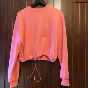 Sweatshirt från Junkyard, croppad med dragsko. Använd ett par gånger. Storlek XS, men är lätt oversized på mig som brukar ha S. Färgen är mest lik bild 1 och 3. Köparen står för frakt (ca 66 kr)