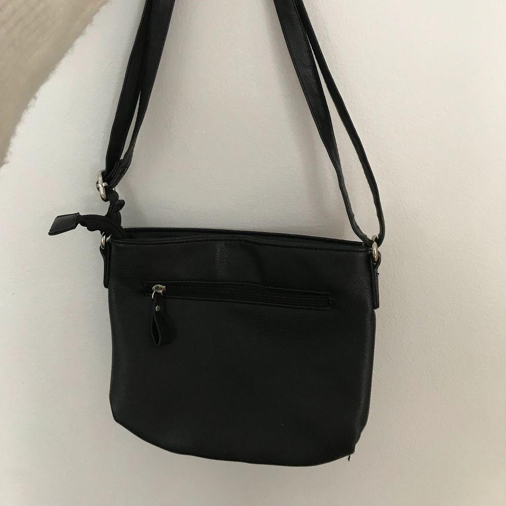 Säljer väskan då jag inte använder den längre. Den är i fint skicka i inga slitningar på den. Bandet går att sjustera o göra längre. Väskan är liten men rymlig. Skickar väskan spårbar om så önskas. . Accessoarer.