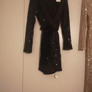 Svart fest paljett klänning med snöre i midjan stl 38 oanvänd med lapp kvar.