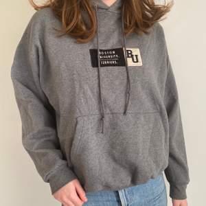 Snygg grå Boston university hoodie! Uppskattad storlek:M/L Cond: mycket bra! Startbud 100kr, buda i kommentarerna🥰