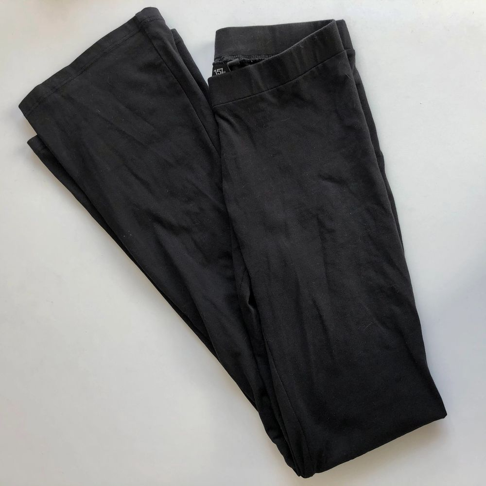 Ett par utsvängda tights från Lager 157. Storlek XS! Stretchiga men passar nog bäst på en XS/liten S. 70kr inkl frakt!. Jeans & Byxor.