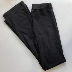 Ett par utsvängda tights från Lager 157. Storlek XS! Stretchiga men passar nog bäst på en XS/liten S. 70kr inkl frakt!
