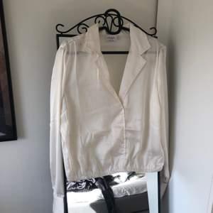 Säljer denna superfina blus/skjorta från misslisibells ena kollektion med NA-KD då den tyvärr inte kommer till användning :( Storlek 42, endast testad. Nypris 199kr          Den är inte så genomskinlig som det ser ut!