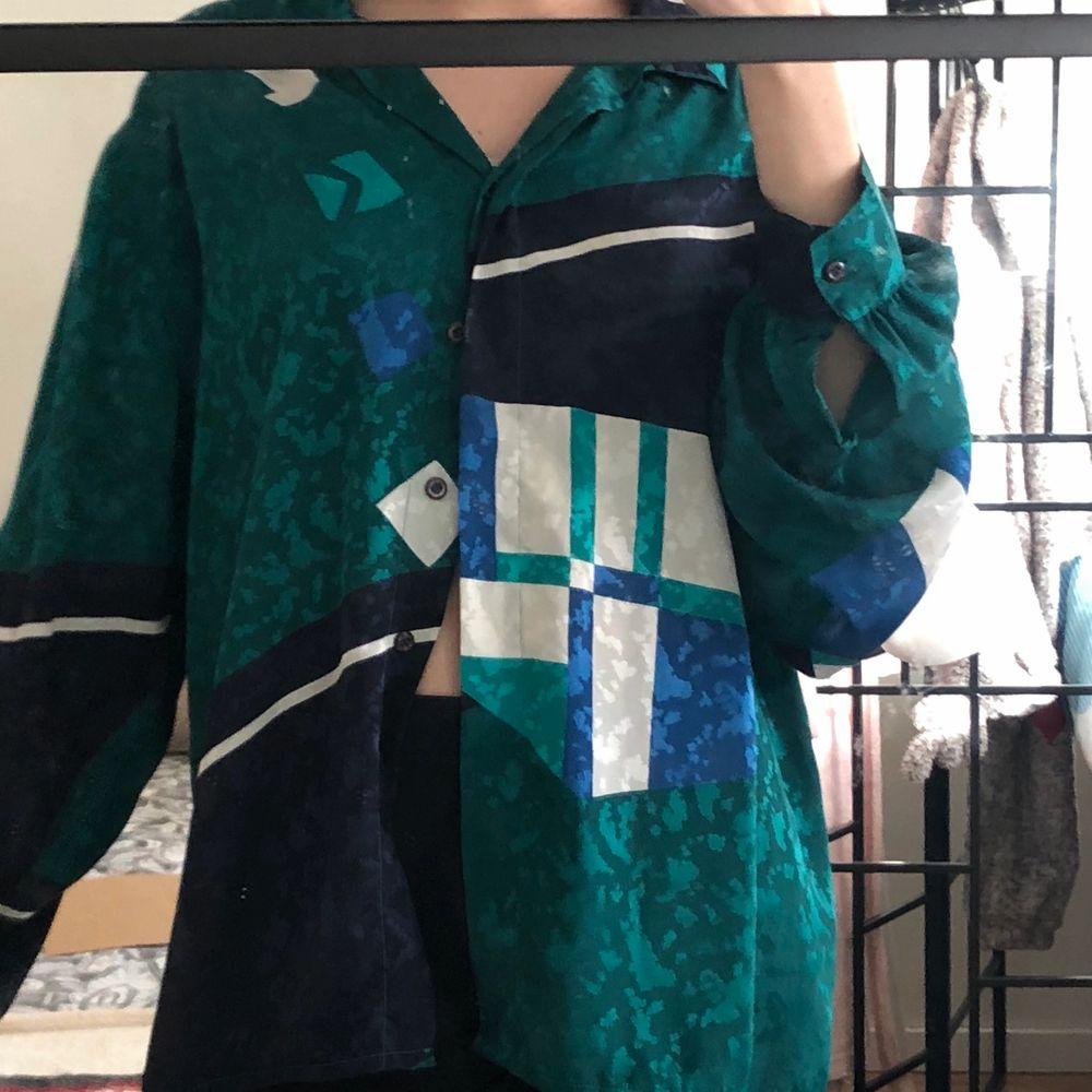 Skjorta, len satin känsla , den är köpt i second hand men är som ny, köpte den för 120kr.  Man storlek, på mig sitter den som L jag är S. . Skjortor.