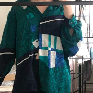Skjorta, len satin känsla , den är köpt i second hand men är som ny, köpte den för 120kr.  Man storlek, på mig sitter den som L jag är S.