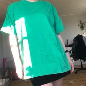 Stor oversized t-shirt. Fin grön färg. Perfekt för diy projekt.