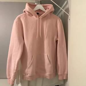 Ljusrosa hoodie i XS (killstorlek) så passar kvinnlig S beroende på hur man vill att den ska sitta. 💖 Frakt tillkommer