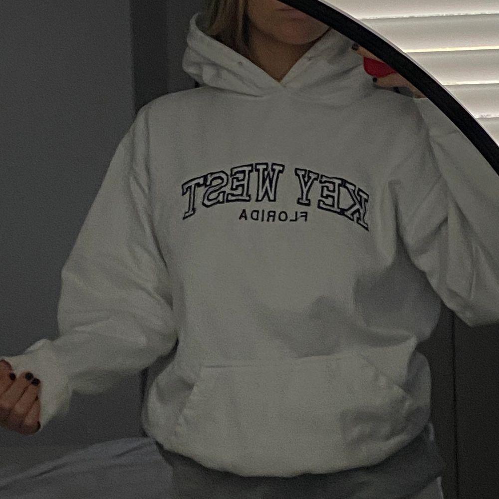 Skit fin vintage hoodie passar en Xs- mindre s, jätte fint skick förutom vid ärmen (från tidigare ägare) (köpt här på plick) Bud ( 160kr+ frakten). Tröjor & Koftor.