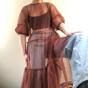 Skitcool genomskinlig klänning köpt på & Other stories för 1200kr. Kan kläs upp med en enkel svart klänning under eller ha till vardags med jeans och linne. Sparsamt använd så toppenskick! Knappar i ryggen. Frakt: 46kr💕