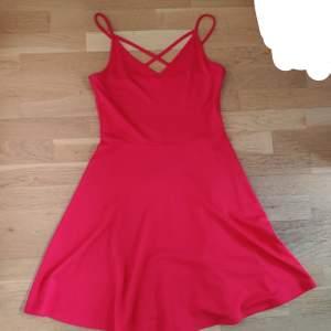En röd jättefin klänning från Gina Tricot. Använd ett fåtal gånger men är i väldigt bra skick. Säljs då den inte kommit till användning. Storlek S och är ganska lång, den slutar vid knäna om man är ungefär 164 cm. Skriv privat om du vill ha bättre bilder. (Köparen står för frakten)
