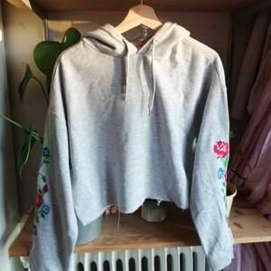 Söt croppad hoodie, den ärenad till att se ut så med trådarna. Vackra broderier på armarna! Kolla in min bio för mer info. Frakt tillkommer 🌹