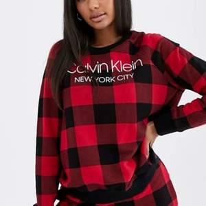 Säljer nu min Calvin Klein tröja som jag nästan aldrig andvänt pga inte riktigt min stil. Den är i sjukt fint skick, nypris ligger kring 800kr