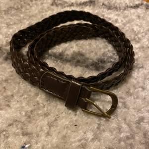 Ett brunt läder skärp, använd nån gång. Säljes för 50kr, frakt tillkommer