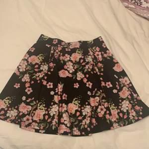 Jättesöt kjol som knappt är använd, passar perfekt nu till sommaren, 80kr + frakt