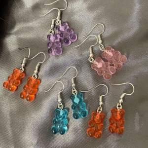 Nu finns dessa fina björnörhöngen inne ❤️ har gjort dessa själv, en av dom orangea på första bilden är redan sålda och dom lila på andra bilden är också sålda ❤️ ett par kostar 40kr + 12kr frakt ❤️ du kan beställa på ig också: b.bysmycken