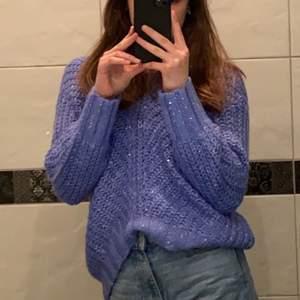 Helt ny blå stickad tröja i storlek XS som funkar som S också. Inget fel på varan, säljer pga jag redan har samma tröja så nu säljer jag en av dem. Prislappen är kvar o tröjan är helt ny. Nypris: 499kr. Säljer för 129kr