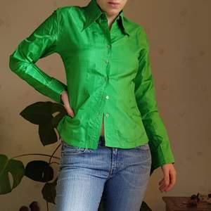 Vintage skjorta i en fantastisk grön färg i 100% silke. 🌻  Jag på bild är en S. I fint vintage skick, finns en liten fläck på baksidan axeln men inget märkvärt. Först till kvarn! 💫+frakt 66kr
