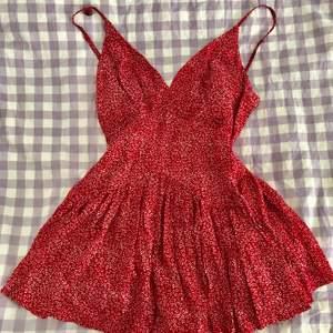 Röd, slutsåld och jättesöt klänning från Sundae Muse som sitter sjukt fint på. Tags kvar, har bara provat den. Säljer pga har redan en liknande 🌸 nypris: 69 AUD + tull och frakt. Size 10, alltså 36 eller S. Små shorts under, se sista bilden.