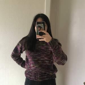 Handstickad tröja som jag fyndade på secondhand! Tänk också på att färgen på bilden kan vara annorlunda från den riktiga varan🌸 Jag har vanligtvis storlek 38/M, den här tröjan sitter fortfarande oversized på mig!!