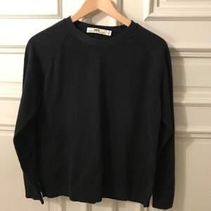 Blå stickad HOPE-tröja med sprund i sidorna. Modellen heter Liv. Stlk 36. 100% bomull.