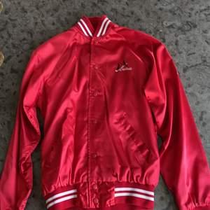 """Säljer denna Vintage varsity/collegejacka, supercool och har texten """"cardinals"""" på framsidan! Buda i kommentarerna. Startbud:300"""