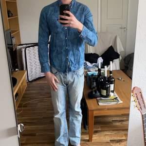 En Lee skjorta i storlek small sitter true to size. Har vanligtvis medium och är 190. Cond 9/10, nypris ca 700kr
