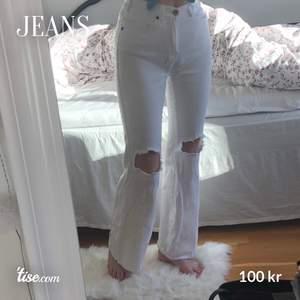 Bootcut-jeans från Dr Denim 💕 knappt använda. Det finns en liten fläck ovanför ena knät, men det syns inte mycket och går säkert att få bort ☺️ Jag är 173 cm.