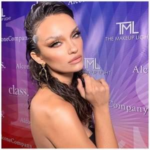 Säljer ansiktslyft tape som används mycket inom makeup intustrin. Ger ett naturligt ansiktslyft, främst ögon och bryn, foxeyes. 40 stycken i en förpackning. Hör av er vid intresse
