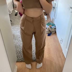 En beige kostymbyxa från Zara med en wide passform och högmidja. Aldrig använda, prislappen är kvar. Är 170 lång. Frakt ingår inte!