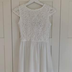 Superfin studentklänning/ skolavslutningsklänning från Bubbleroom. Helt oanvänd och därav i mycket gott skick (prislapp sitter kvar). Hann inte lämna tillbaka den då jag hittade en annan klänning.