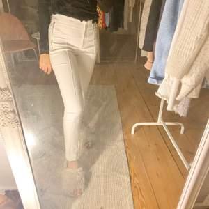 Vita kostymbyxor från Zara!                                             Otroligt fina 🤍
