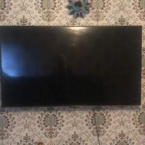 Detta är en 65 a och heter hitachi väldigt bra smart tv och man ka. Även få med material så att man kan sätta fast den i väggen för mer info fråga om Instagram. Pris kan diskuteras vid snabb affär