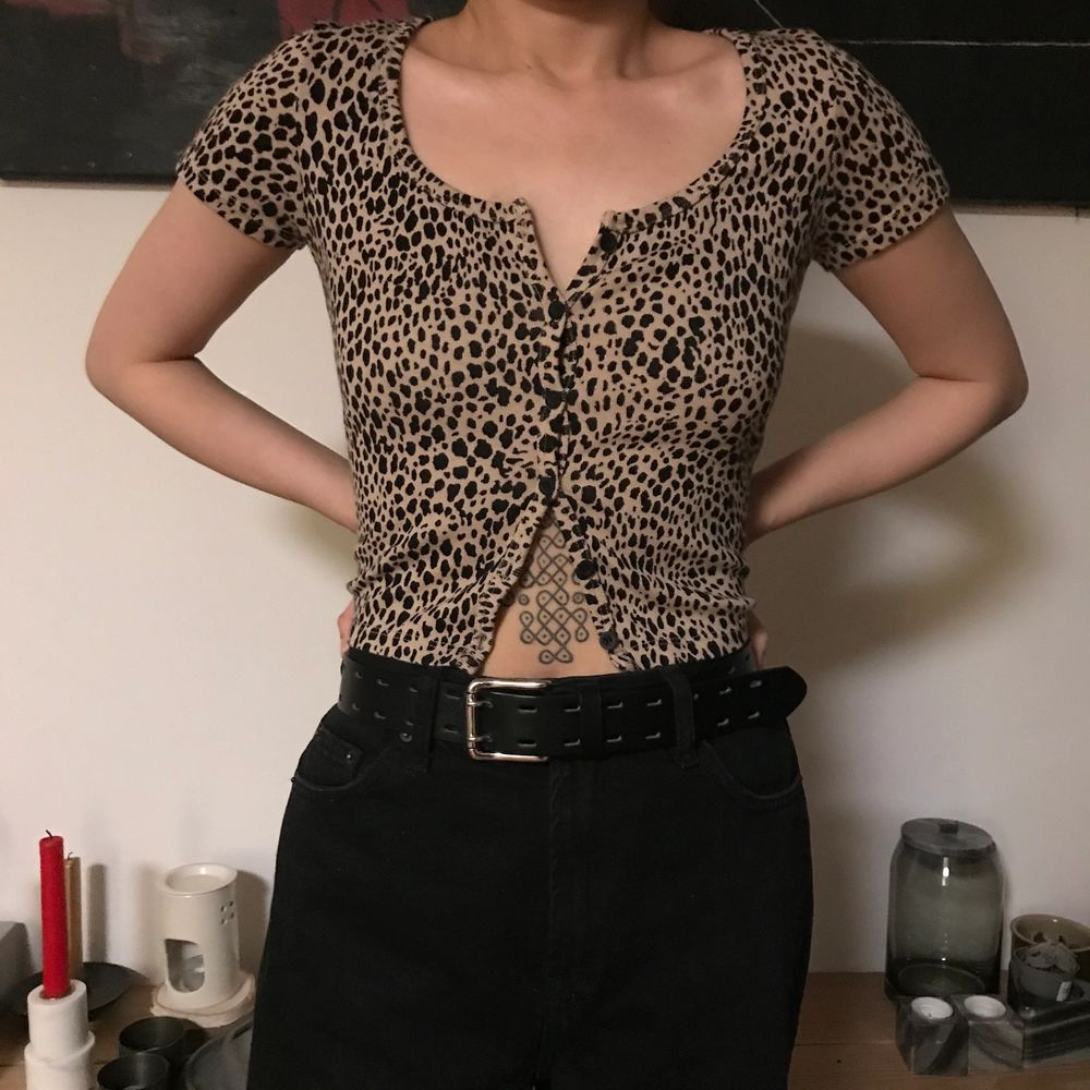 Nypris €18 plus €7 frakt. New without tags Brandy Melville Cheetah Print Mönster Zelly Short Sleeve Crop Top. Fitted ribbed crop top in cheetah print with a scoop neck and button down detailing. Fabric 100% cotton. Measurements: 40 cm long, 30 cm bust. Made in Italy. Tag size OSFA