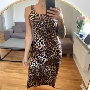 Långklänning i leopardmönster från H&M i storlek S. I gott skick. Jag är en S/M och 168 cm. Faller smickrande på kroppen. Köparen betalar frakten som tillkommer 💌