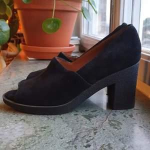 Fina skor i gott skick! Sparsamt använda enligt tidigare ägare, vilket verkar stämma enligt min bedömning. Se även bilder. Lite för smala för min fot tyvärr så säljer därför vidare.