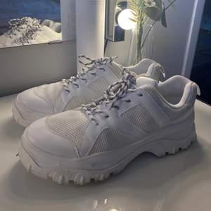 Chunky sneakers från Monki i stl 38. Endast använda 1-2 gånger, alltså nästan i princip som nya! Säljer pga jag köpte vita sneakers så dessa har aldrig riktigt kommit till användning!  Köparen betalar för spårbar frakt!, 66kr!
