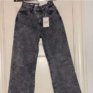 3 FÖR 2 PÅ ALLT JAG SÄLJER ( de billigaste blir gratis) Säljer dessa gråa jeansen i nyskick. Nypris är ungefär 300kr skulle jag tro. De är vida i modellen och sitter samt mycket bra. Köparen står för frakten.