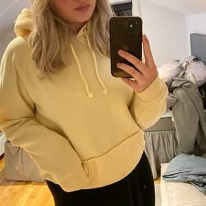 Gul hoodie från bikbok, oanvönd