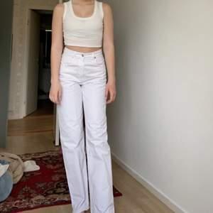 Vita, raka jeans, ett måste för sommaren😍jag är 178 o de går ändå ner, jag har sprättat kanten längst ner vilket bara ser snyggt ut. Från zara!