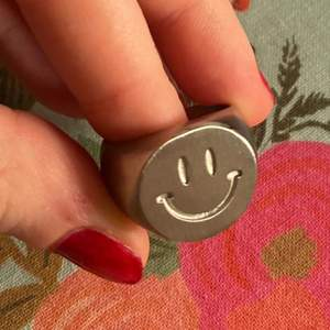 Jättefin klackring i silver med :). 16 mm/diameter (frakten ingår i priset)