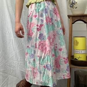 Nä men asså denna kjolen är galet fin och så himla skön!! Gillar de lite ljusare pastell liknande färgerna, dessutom är den inköpt någon gång på kappahl runt 70-talet. Dm för midjemått osv och mer info i bion 💞🌸🌷