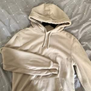 Beige hoodie från hm's herravdelning! Lite nopprig men är enkelt att fixa :) Frakt tillkommer! ✨