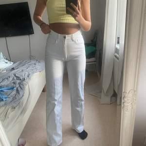 Med gråten i halsen behöver jag sälja mina allra favorit-jeans som nu blivit försmå, ett par (perfekt) vita byxor med lite längre ben och perfekt passform. Storlek 34 men passar absolut en 36a lika bra!!💞✨💛☀️