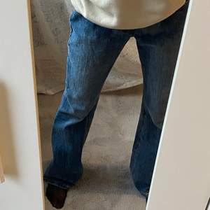 Säljer dessa tvär snygga jeans ifrån brandy mellive. De är lågmidjade och flare. Säljer de då de är lite för stora i midjan (bär vanligtvis xs). Knappast använda. De är köpta för 687kr. Buda eller köp direkt för 499kr. Köparen står för frakten.