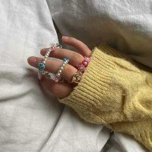 Köp unika och handgjorda smycken i alla former och färger hos mig!