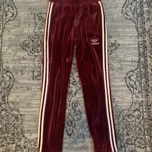 Vinröda Adidas sammets byxor. Köpta på junkyard för två år sedan. 🍇👖