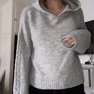 Fin grå hoodie med lite mönster på ärmarna. Nästintill oanvänd. Storlek S men rätt oversized.